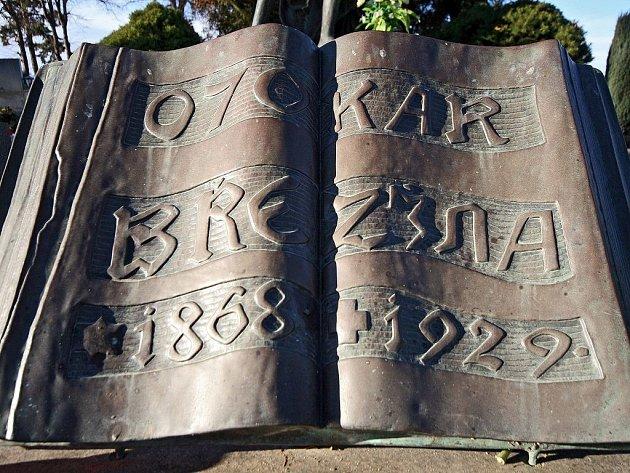 Měděná kniha, kterou zloději ukradli z hrobu básníka Březiny.