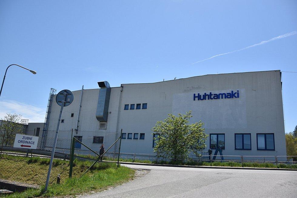 V obci funguje i firma Huhtamaki, která vyrábí nejrůznější výrobky z papíru