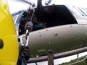 Transport zemřelého pomocí vrtulníku.