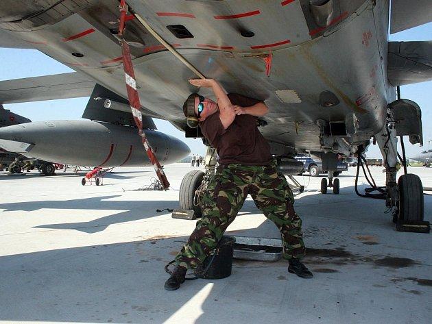 Údržba letadla při loňském cvičení