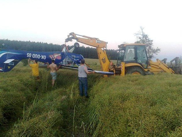 Při přistání se letadlo vlivem odporu zemědělské plodiny převrátilo.