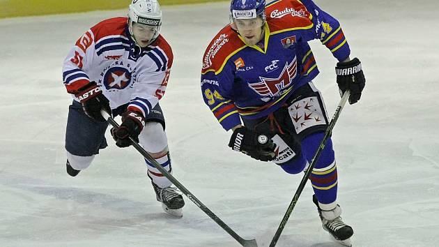 Třebíčští hokejisté (v bílém) i přes hororovou první třetinu potrápili favorita z Českých Budějovic. K získaným bodům jim chybělo i trochu štěstí.