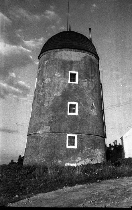 Fotografie třebíčského větrného mlýna z poloviny minulého století.