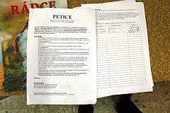 Petice proti úložišti je k podpisu mimo jiné v obchodě v Myslibořicích.