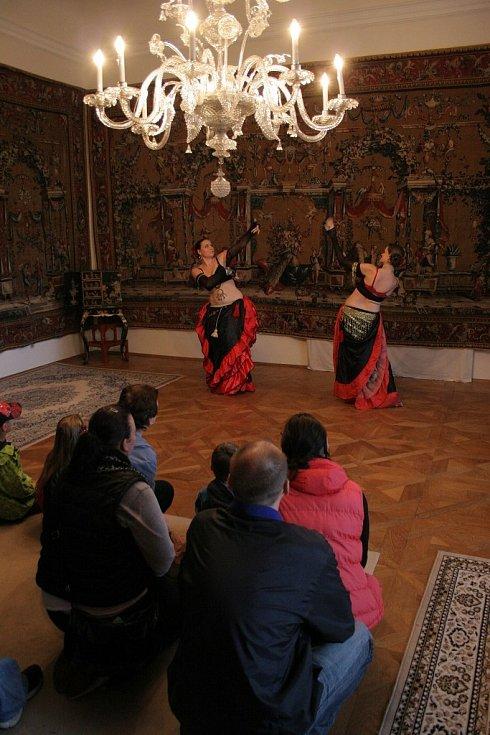 Oživený zámek představuje návštěvníkům zámku v Náměšti nad Oslavou historii prolínáním pravdy, fikce, lži a především zábavy.
