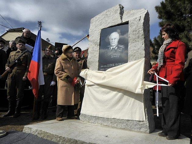 Pamětní desku armádního generála a československého prezidenta Ludvíka Svobody odhalila v Hroznatíně jeho dcera Zoe Svobodová-Klusáková.
