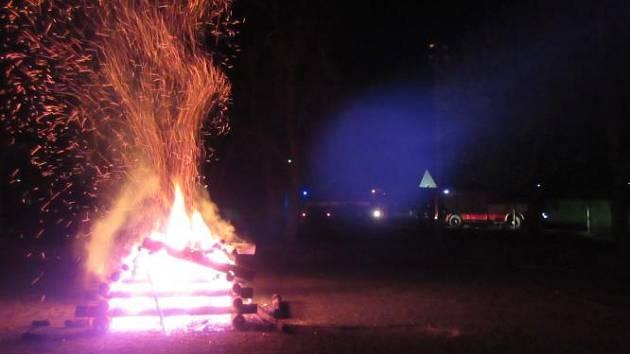 Čarodějnice ještě nezačaly a na Vysočině už v noci hořely dvě vatry. Obě zapálil žhář
