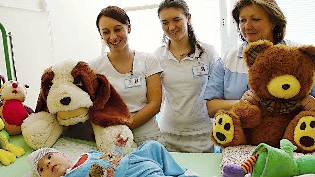 Jeden z malých pacientů novoměstské nemocnice při předávání plyšáků.
