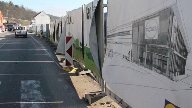 Stavební práce na novém Lidlu v Třebíči v finišují. Plachty s vizualizacemi ukazují, jak bude market po dokončení vypadat.