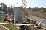 Rekonstrukce vodní nádrže Markovka nedaleko Třebíče skončí příští rok na jaře. Snímek od paty jeřábu.