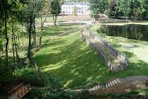 V lesoparku u zámku Schönwald se podařilo obnovit téměř 1,5 kilometru historických pěšin včetně dvou dřevěných mostků a sedmi laviček pro turisty.