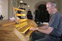 Na varhany v kostele Proměnění Páně v Třebíči Jejkově si mohl Karel Tomek zahrát po téměř třiceti letech. Slavnostní žehnání je nachystáno na tuto neděli.