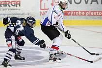 Třebíčští mladší dorostenci (v bílém) horším týmem na ledě Jindřichova Hradce nebyli, ale v první třetině nezúročili převahu a prohrávali. Horáci ztrátu ve zbytku zápasu nedohnali.