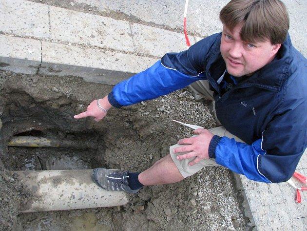 Kanalizaci ve Stříteži protínala – a ucpávala – plynová přípojka.
