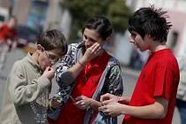 Obyvatelé Třebíče mohli v pátek od desáté hodny dopoledne až do čtvrté hodiny odpolední potkávat skupinky žáků, kteří jim nabízeli balící papírky na jejich použité žvýkačky. Cílem akce bylo upozornit na problém nalepování žvýkaček na veřejných místech.
