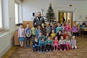 Předání dárků v Mateřské škole v Domamili.
