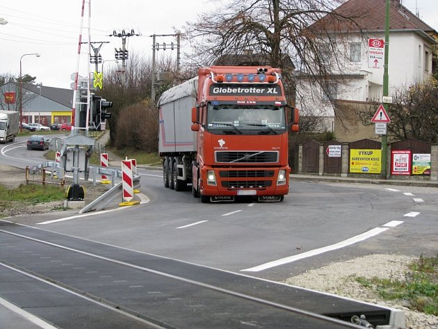 Kamiony a velká auta musí při projíždění železničního přejezdu najet do protisměru. Tím ohrožují ostatní vozy.