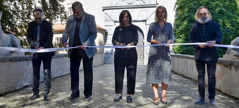 Sochy před zámkem v Náměští nad Oslavou.