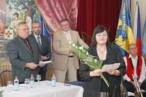 Ivana Perničková převzala titul čestného občana Starče, kterým městys ocenil jejího manžela, fyzika a vědce Františka Perničku.