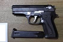 Při prohlídkách kriminalisté zajistili drogy, peníze a střelnou zbraň.
