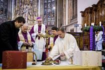 Brněnský biskup Vojtěch Cikrle (uprostřed v pozadí) a také Jan Růžička (vlevo) přihlížejí zapečeťování spisů o životě kněžích Jana Buly a Václava Drboly.