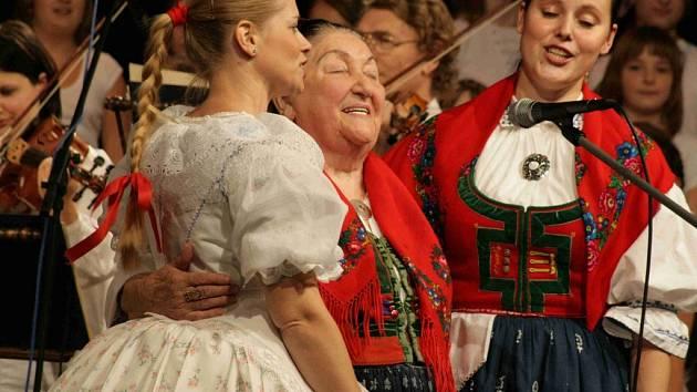 Pěvecký sbor SLUNKO přivítal na společné scéně Brněnský rozhlasový orchestr lidových nástrojů BROLN a stále vynikající Jarmilu Šulákovou.