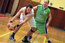 Třebíčští basketbalisté (v bílém) měli derby se Žďárem (na snímku) dobře rozehrané, ale hosté se ve třetí části vrátili do zápasu a zadělali na drama.