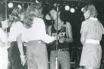 V osmdesátých letech byl na vrcholu kariéry Peter Nagy. Dokazuje to nejen zisk Zlatého slavíka v roce 1985, ale také zástup fanynek v borovinském kulturním domě.