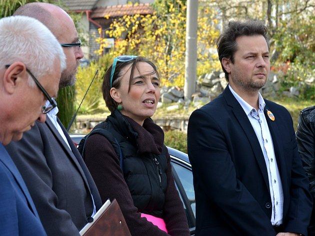 Veronika Hana Konvalinková (uprostřed) při předvolební debatě Deníku v Brzkově.