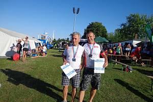 Dva medailisté. Josef Mikoláš (vlevo) a Petr Mejzlík si na mistrovství Evropy v kvadriatlonu zajisitli stříbrnou medaili.
