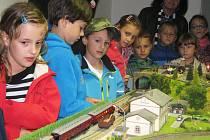 Model o rozměrech 2x3 metry převzala ředitelka Jaroslava Pavlíčková a jako první si jej vyzkoušely děti z družiny ZŠ T. G. Masaryka.
