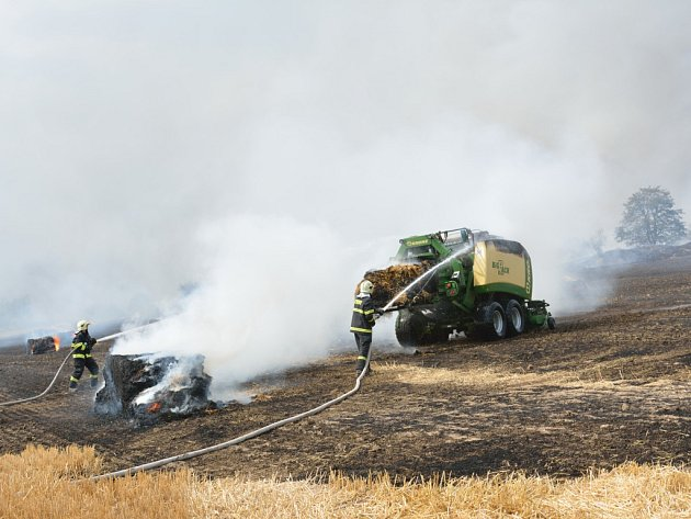 Požár zasáhl nejenom přibližně 25 hektarů pole, ale také vysokotlaký lis na slámu. Majetkovou škodu vzniklou na stoji majitel odhadl na částku 2 miliony korun.