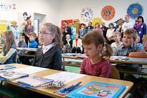 První školní den prožilo včera i třicet jedna žáků 1. A a 1. B třídy v Základní škole Okříšky. Většina žije přímo ve městysi nebo jeho okolí, dvě děti budou dojíždět z Třebíče. Na lavicích na ně čekaly první učební pomůcky.