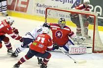 Dlouho čekali diváci v Třebíči na vstřelenou branku. A když ji pak domácí (v červeném) konečně vstřelili, svůj náskok neudrželi a přepustili soupeři dva body.