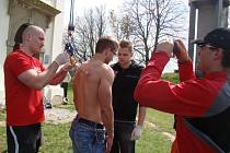 Lukáš Toufar si vyzkoušel zavěšení svého těla na háky, které měl zapíchnuté pouze v kůži na zádech.