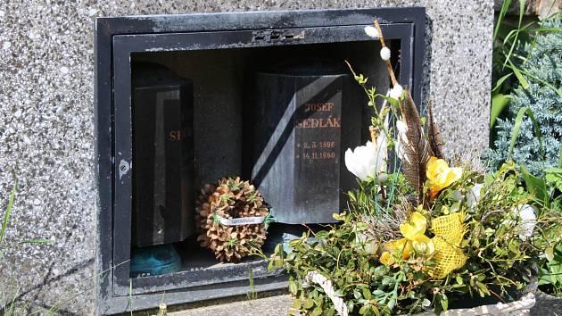 Po řádění pachatele či pachatelů zůstaly na hřbitově v Sokolí rozbité prosklené skříňky na pietní předměty, pomníkové lampy a odlomený kříž na jednom z pomníků.