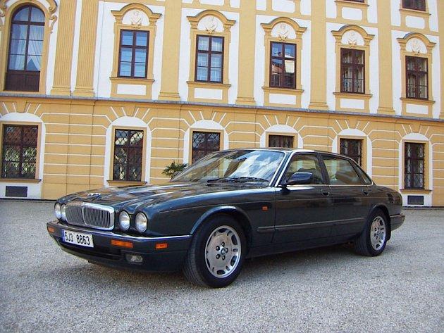 Impozantní Jaguar XJ6 1997 Martina Bartáka. Jaguar byl nafocen s laskavým svolením kastelána na nádvoří zámku v Jaroměřicích nad Rokytnou.