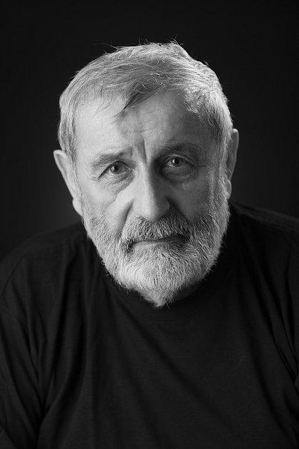 1. Jmenuji se Jan Sucharda a bydlím vHrotovicích. Nejsem však zdejší rodák, pocházím ze severních Čech. Jsem tedy, jak se hezký říká, náplavka. Ale náplavka docela stará, protože vHrotovicích žiju od roku 1983, kdy jsme tady postavili domeček. Aod roku