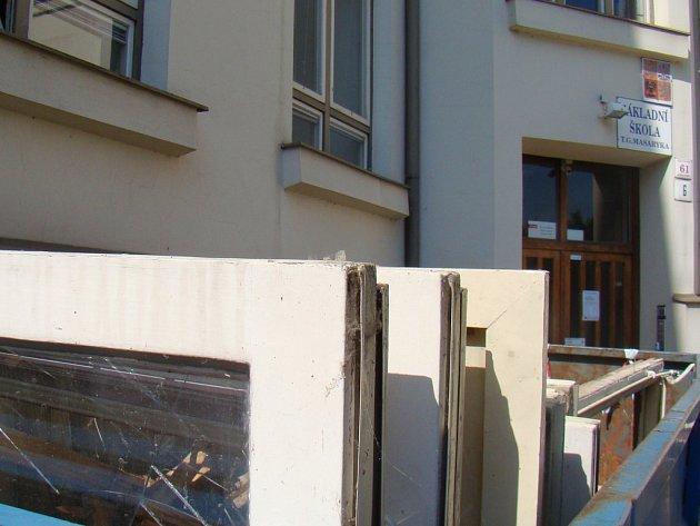 Stará okna končí u ZŠ T. G. Masaryka v kontejneru. V budově je už v těchto dnech nahrazují okna nová.
