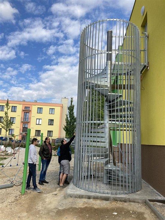 Nové únikové schodiště u přístavby mateřské školky.