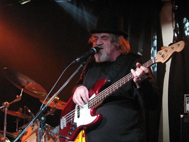 Ve skvělý mejdan proměnil večer v klubu B bluesman Pavel Hlaváč se svojí kapelou.