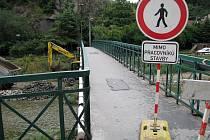 Stovky chodců, kteří využívají lávku za poštou do třebíčské Kočičiny, budou muset od pondělí chodit jinudy.