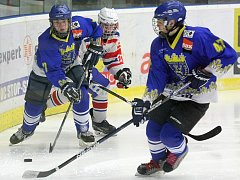 Nové Město (v modrém) bylo na třebíčském ledě lepší a podle slov trenéra Horácké Slavie Radka Nováka vyhrálo zcela zaslouženě.