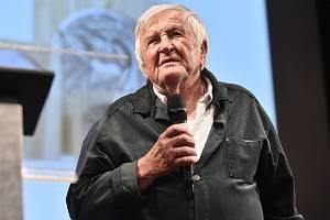 Malíř František Mertl přebírá ocenění Kraje Vysočina Kamennou medaili 7. listopadu 2019.
