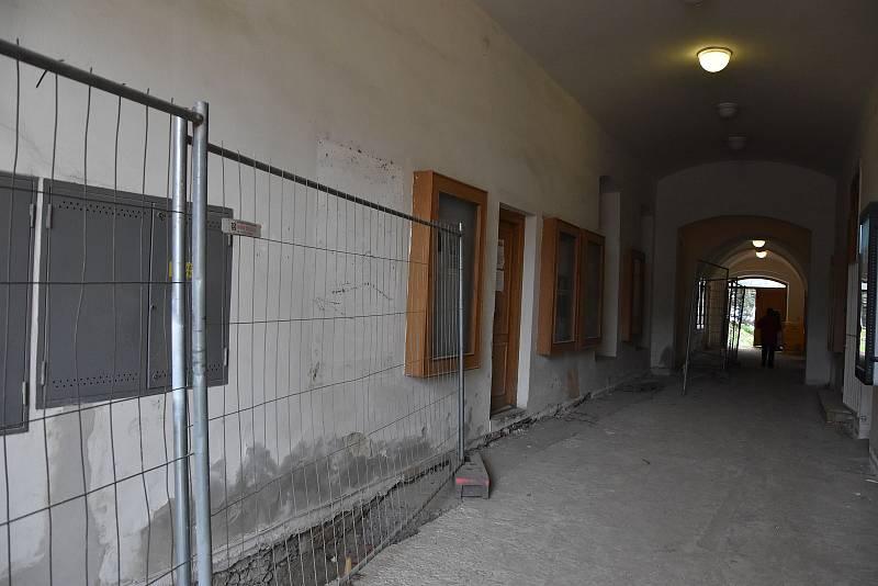 Zkratka vedoucí z Karlova na Komenského náměstí momentálně prochází renovací. Poté z ní vznikne mnigalerie.