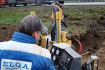 Pole mezi Třebíčí a Pocoucovem obsadila v tomto týdnu stavební technika. Pracuje se na vyrovnávání terénu i přeložce inženýrských sítí.
