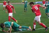 Starší dorostenci HFK Třebíč (v červeném) se vítězně rozloučili alespoň v domácím prostředí, když porazili v derby Vysočiny Velké Meziříčí (na snímku). Pak se ještě třebíčští mladíci představili dvakrát venku, prohráli.