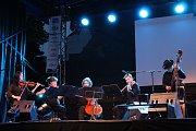 Škampovo kvarteto a maďarský soubor Muzsikás.