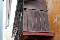 Tento dům pomohl zastavit bourání třebíčské židovské čtvrti, která se nakonec stala součástí světového dědictví UNESCO. Na pavlači, kterou nesou takzvané krakorce, dřív fungoval suchý záchod.