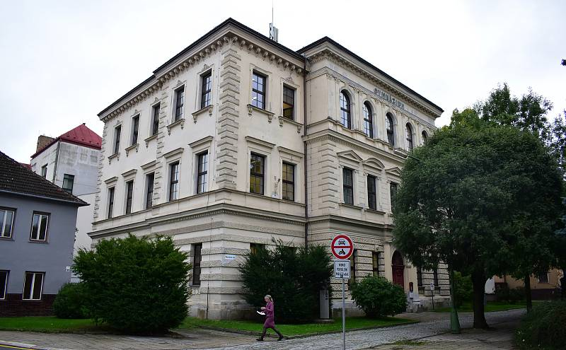 Ačkoli gymnázium slaví 150 let, jeho budova je mladší. Pochází z roku 1889.